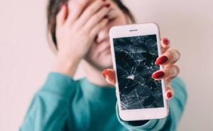 сломанный мобильный телефон